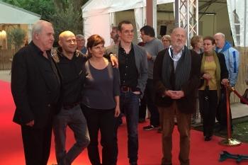 Schauspieler Jürgen Vogel mit der Festivalleitung Dr. Michael und Daniel Kötz
