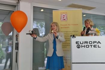 Schmuckdesignerin Christiane Drewes-Wright und Präsidentin Karin Koch