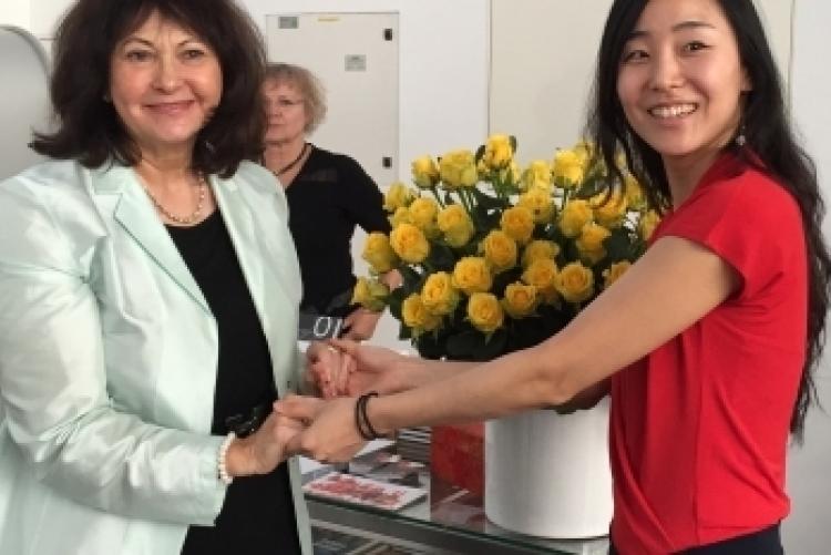 Präsidentin Marion de Millas und die Künstlerin Ae Hee Lee